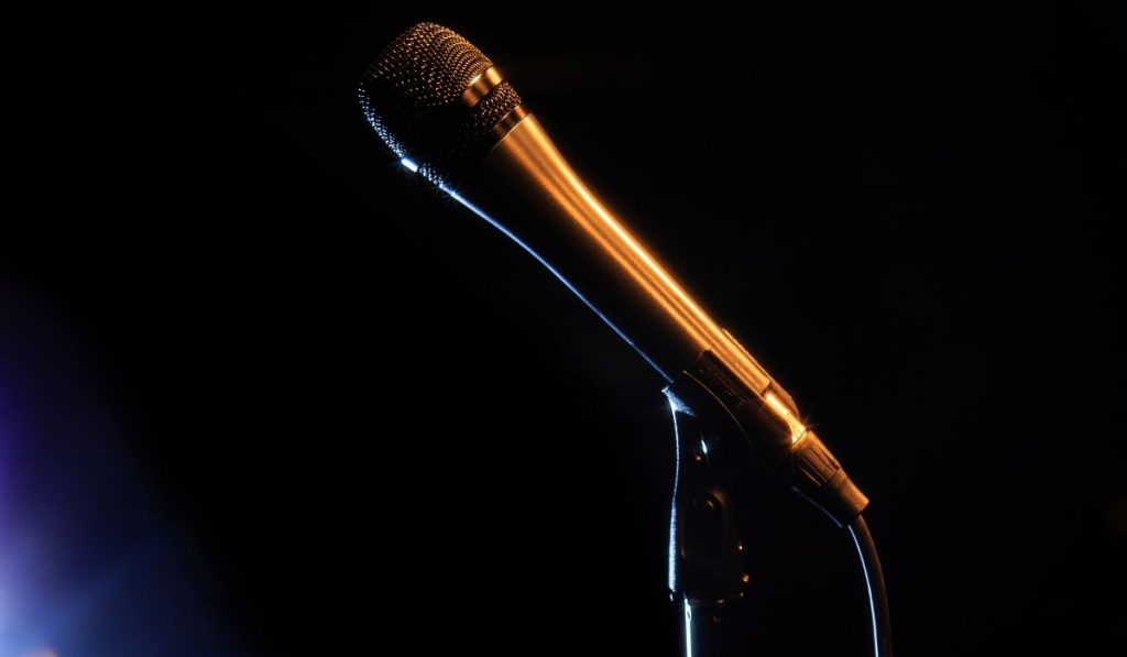 microphone ready to be used at an improv bar